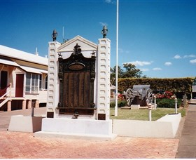 Gayndah War Memorial - Tourism Cairns